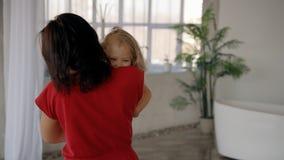 Η γλυκιά γυναίκα γονέας αγκαλιάζει και παίζει με την λίγη πριγκήπισσα φιλμ μικρού μήκους