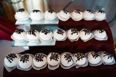 Η γλυκιά στρογγυλή καραμέλα σοκολάτας σε ένα ραβδί με το κρεμμύδι για ένα κόμμα ή ένας γάμος σε ένα λευκό χρωματίζει με την κρέμα Στοκ εικόνες με δικαίωμα ελεύθερης χρήσης