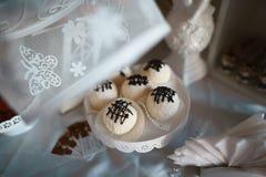 Η γλυκιά στρογγυλή καραμέλα σοκολάτας σε ένα ραβδί με το κρεμμύδι για ένα κόμμα ή ένας γάμος σε ένα λευκό χρωματίζει με την κρέμα Στοκ Εικόνες