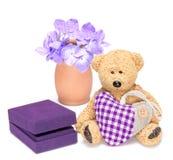 Η γοητεία teddy αντέχει με την καρδιά υφάσματος και το κιβώτιο δώρων για το κόσμημα Στοκ Εικόνες