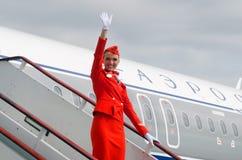 Η γοητευτική αεροσυνοδός έντυσε κόκκινο σε ομοιόμορφο πετώντας εστιατόριο Ρωσία Άγιος Paul Peter Πετρούπολη φρουρίων Ολλανδού 10  Στοκ Εικόνες