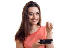 Η γοητευτική κυρία με τον τηλεχειρισμό διαθέσιμο, και pop-corn είναι απομονωμένες σε ένα άσπρο υπόβαθρο Στοκ εικόνες με δικαίωμα ελεύθερης χρήσης