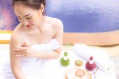 Η γοητευτική όμορφη χρήση γυναικών βοτανική τρίβει για το τρίψιμο του CE δερμάτων στοκ φωτογραφίες με δικαίωμα ελεύθερης χρήσης