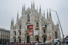 Η γοτθική πρόσοψη του καθεδρικού ναού του Μιλάνου Piazza del Duomo με τους λαμπτήρες και το μετρό υπογράφουν και M1 είσοδος γραμμ Στοκ Φωτογραφία