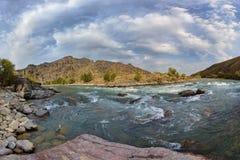 """Η γρήγορη πορεία του ποταμού """"Koksu """" Πανοραμικός πυροβολισμός Φύση """"Zhetysu """", Καζακστάν στοκ φωτογραφία με δικαίωμα ελεύθερης χρήσης"""