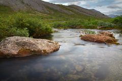 Η γρήγορη ροή του ποταμού βουνών Στοκ Φωτογραφίες