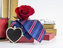 Η γραβάτα στο κόκκινο κιβώτιο δώρων με το κόκκινο αυξήθηκε στον πίνακα Στοκ Εικόνες