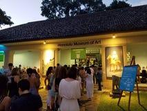 Η γραμμή ανθρώπων περιμένει να πάρει στην τέχνη μετά από το σκοτεινό γεγονός Στοκ Εικόνα