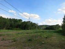 Η γραμμή γονδολών ανεβαίνει το βουνό δεδομένου ότι κάθεται κενό το καλοκαίρι Στοκ φωτογραφία με δικαίωμα ελεύθερης χρήσης