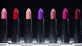 Η γραμμή κραγιόν για τη γυναίκα makeup ανοίγει ένα προς ένα από μόνο του, αγαθά ομορφιάς για τη γυναίκα, επαγγελματικά καλλυντικά φιλμ μικρού μήκους