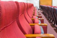 Η γραμμή κόκκινης πολυθρόνας στην αίθουσα συνεδριάσεων Στοκ φωτογραφίες με δικαίωμα ελεύθερης χρήσης