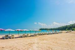 Η γραμμή ομπρελών παραλιών και κάνει ηλιοθεραπεία τα καθίσματα στην παραλία άμμου Phuket Στοκ Φωτογραφία