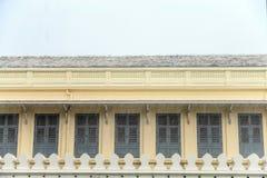 Η γραμμή παραθύρου στο μεγάλο παλάτι με την άποψη πτώσης βροχής από Στοκ Φωτογραφία