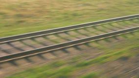 Η γραμμή σιδηροδρόμων κινείται γρήγορα, η άποψη από το διακινούμενο τραίνο απόθεμα βίντεο