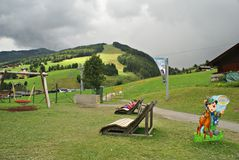 Η γραμμή Milka σε Saalbach, μια διαδρομή γύρου για ολόκληρη την οικογένεια, στα βουνά Kohlmais Στοκ εικόνα με δικαίωμα ελεύθερης χρήσης