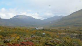 Η γραφική κοιλάδα μεταξύ των ισλανδικών βουνών, φθινόπωρο, πτώσεις βροχής αφορά έναν φακό καμερών απόθεμα βίντεο