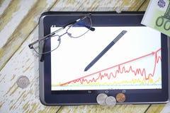 Η γραφική παράσταση της εισοδηματικής αύξησης Ηλεκτρονική ταμπλέτα με μια γραφική παράσταση GR Στοκ Εικόνες