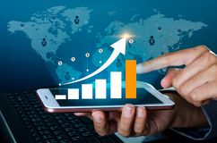 Η γραφική παράσταση των οικονομικών δυαδικών έξυπνων τηλεφώνων παγκόσμιων επικοινωνιών αύξησης και οι επιχειρηματίες παγκόσμιου Δ στοκ εικόνες με δικαίωμα ελεύθερης χρήσης