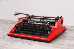 Η γραφομηχανή είναι κόκκινη με το έγγραφο σε το και για τον πίνακα Στοκ εικόνες με δικαίωμα ελεύθερης χρήσης