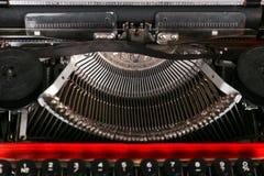 Η γραφομηχανή είναι κόκκινη με το έγγραφο σε το και για τον πίνακα Στοκ Εικόνα