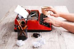 Η γραφομηχανή είναι κόκκινη με το έγγραφο σε το και για τον πίνακα Στοκ φωτογραφίες με δικαίωμα ελεύθερης χρήσης