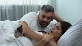 Η γυναίκα έθισε στη συσκευή, αγνοώντας το φλερτ συζύγων στο κρεβάτι, κρίση σχέσης φιλμ μικρού μήκους
