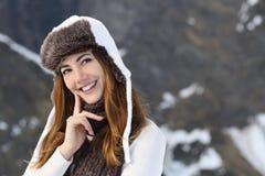 Η γυναίκα έντυσε θερμά τη σκέψη το χειμώνα Στοκ φωτογραφία με δικαίωμα ελεύθερης χρήσης