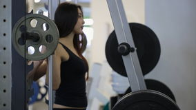 Η γυναίκα έντυσε στα μαύρα τραίνα κοστουμιών σκληρά στη γυμναστική φιλμ μικρού μήκους