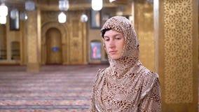 Η γυναίκα έντυσε στις στάσεις τηβέννων μιας καλόγριας μέσα σε έναν ισλαμικό ναό Αίγυπτος απόθεμα βίντεο