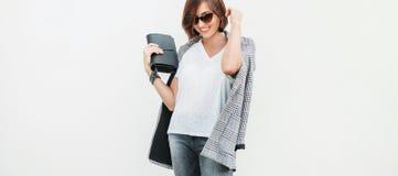 Η γυναίκα έντυσε την γκρίζα και άσπρη περιστασιακή εξάρτηση με το ελεγμένο σακάκι στοκ φωτογραφία με δικαίωμα ελεύθερης χρήσης