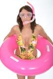 Η γυναίκα έτοιμη για τη φθορά διακοπών διακοπών της κολυμπά με αναπνευτήρα με ένα λαστιχένιο δαχτυλίδι Στοκ φωτογραφίες με δικαίωμα ελεύθερης χρήσης