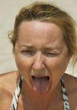 Η γυναίκα έτρωγε το ξινό λεμόνι Στοκ Εικόνες