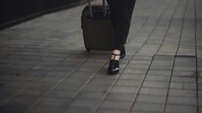 Η γυναίκα έχει μια κλήση με τις αποσκευές της στον αερολιμένα απόθεμα βίντεο