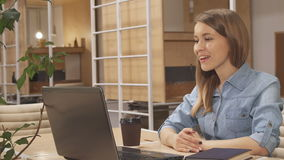 Η γυναίκα έχει μια τηλεοπτική συνομιλία στη λειτουργώντας πλήμνη απόθεμα βίντεο