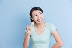 Η γυναίκα έχει τα ευαίσθητα δόντια Στοκ εικόνα με δικαίωμα ελεύθερης χρήσης