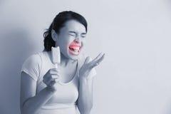 Η γυναίκα έχει τα ευαίσθητα δόντια Στοκ εικόνες με δικαίωμα ελεύθερης χρήσης