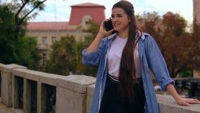 Η γυναίκα έχει τη τηλεφωνική συνομιλία υπαίθρια απόθεμα βίντεο