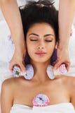 Η γυναίκα έχει το βοτανικό μασάζ σφαιρών ayurveda spa στο κέντρο wellness στοκ εικόνα