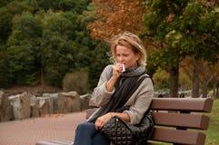 Η γυναίκα έχει το κρύο ή γρίπη βήχας στοκ φωτογραφία