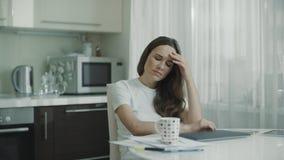 Η γυναίκα έχει το πρόβλημα με την εργασία σε απευθείας σύνδεση στο lap-top φιλμ μικρού μήκους