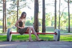 Η γυναίκα έχει το στομαχόπονο στο πάρκο στοκ φωτογραφία