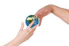 Η γυναίκα δίνει έναν πλανήτη Γη ανδρών Στοκ φωτογραφίες με δικαίωμα ελεύθερης χρήσης
