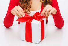 Η γυναίκα δίνει τα κιβώτια δώρων ανοίγματος στοκ φωτογραφία