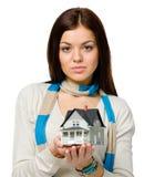 Η γυναίκα δίνει το μικρό πρότυπο σπίτι Στοκ Φωτογραφία