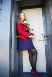 Η γυναίκα δίπλα στην πόρτα λεκέδων με αυξήθηκε Στοκ φωτογραφίες με δικαίωμα ελεύθερης χρήσης