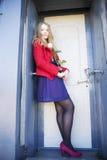 Η γυναίκα δίπλα στην πόρτα λεκέδων με αυξήθηκε Στοκ Φωτογραφία