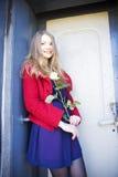Η γυναίκα δίπλα στην πόρτα λεκέδων χαμογελά Στοκ Εικόνα