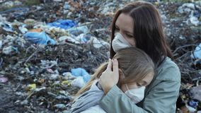 Η γυναίκα αγκαλιάζει την κόρη της οικολογικό πρόβλημα απόθεμα βίντεο