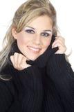 Η γυναίκα αγκαλιάζει στοργικά επάνω στα πουλόβερ στοκ φωτογραφία με δικαίωμα ελεύθερης χρήσης