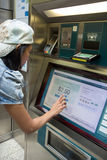 Η γυναίκα αγοράζει ένα εισιτήριο στοκ εικόνα
